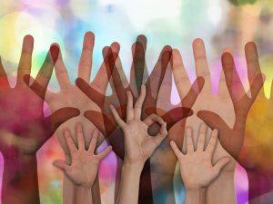 Saippuakuplien värisessä Ilmassa monia, läpinäkyviä käsiä.