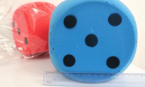 sininen ja punainen noppa